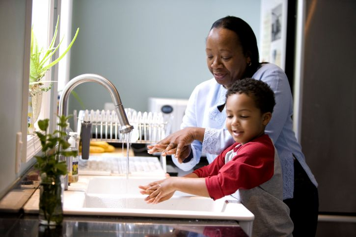MA_child-is-taught-to-wash-hands-at-kitchen-sink-725x483 - pixnio.jpg