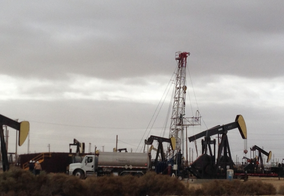 Drilling rig in Lost Hills, photo by A. Grinberg